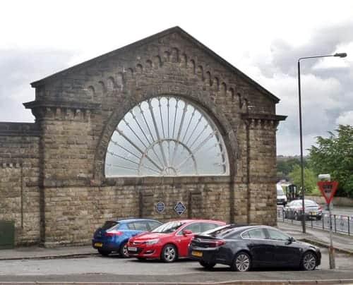 Buxton_railway_station,_L&NWR_arch,_Derbyshire